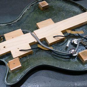 photo de l'intérieur d'une guitare sur laquelle a été installé un jeu de micros